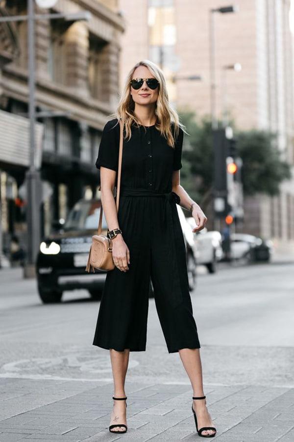 Pantaloni palazzo corti e sandali con il tacco