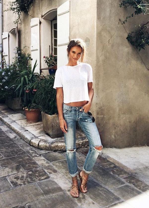 Jeans strappati e sandali rasoterra