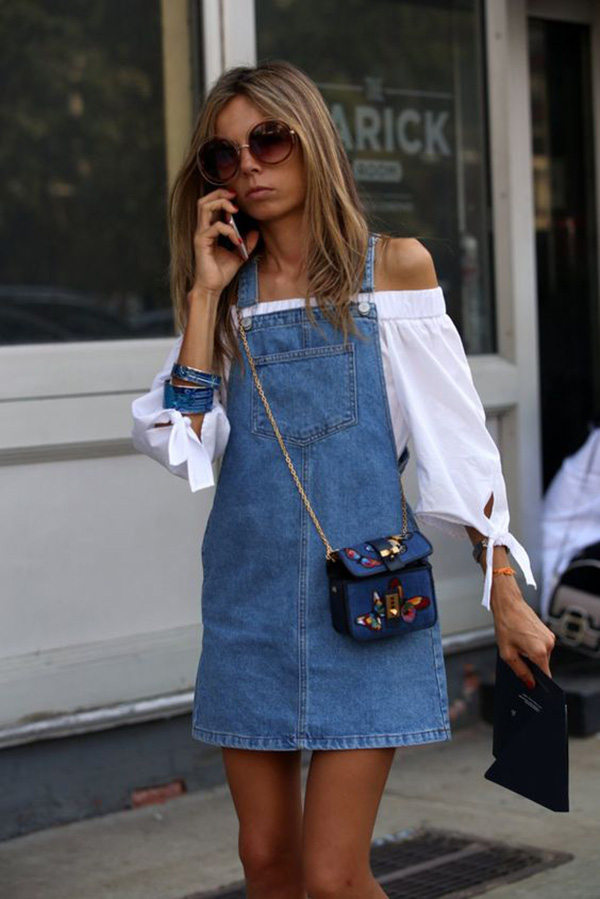 Mini abito in denim e top con le spalle scoperte