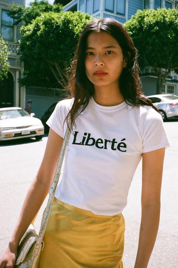 Maglietta con le scritte e minigonna