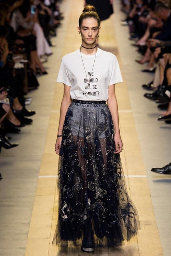 T-shirt con le scritte in passerella