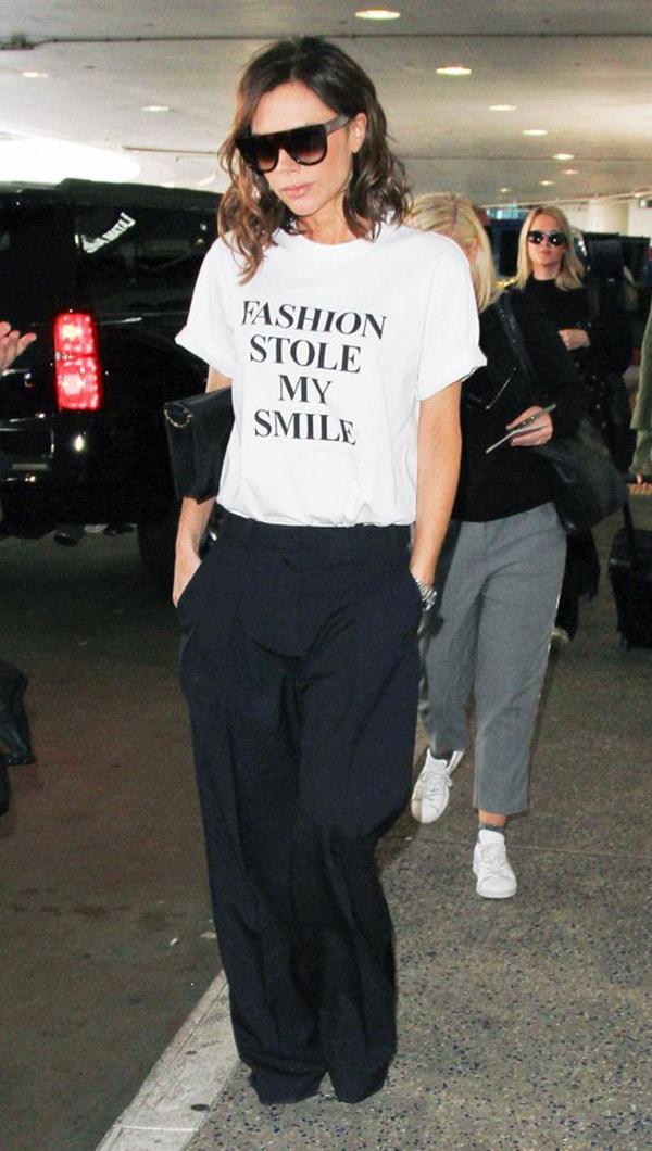 Magliette con le scritte e pantaloni
