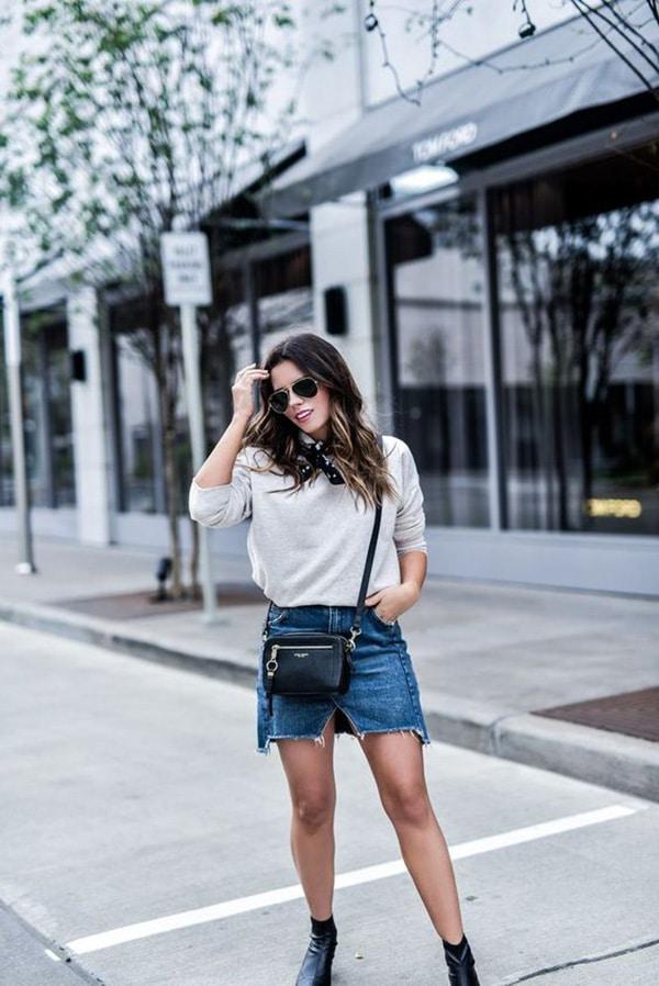 Minigonna di jeans e stivaletti