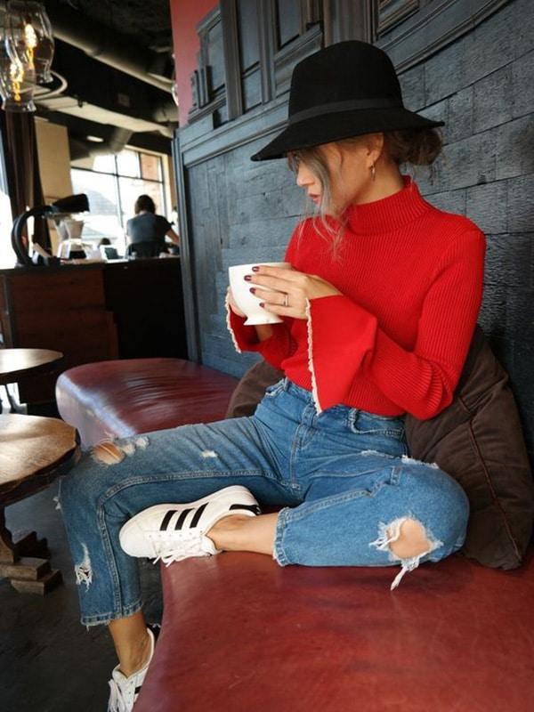 Cappello a tesa larga e jeans