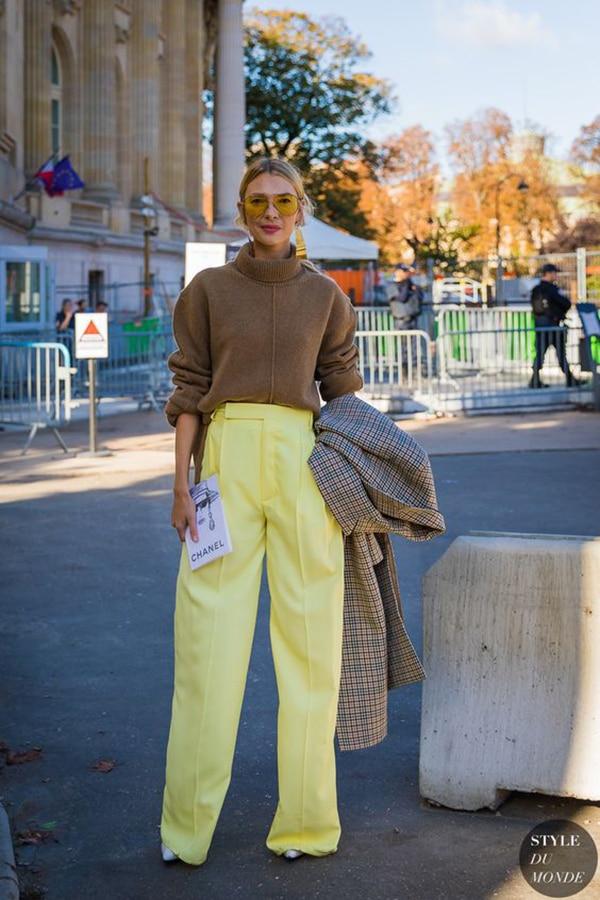 Pullover color cammello e pantaloni gialli