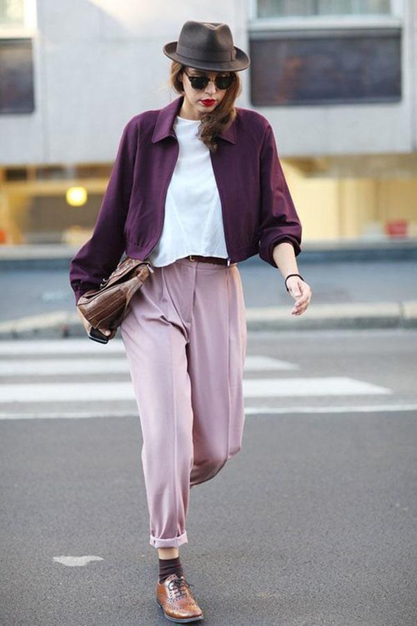 Pantaloni rosa e giacca viola