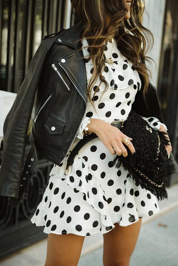 Mini dress a pois e giacca di pelle