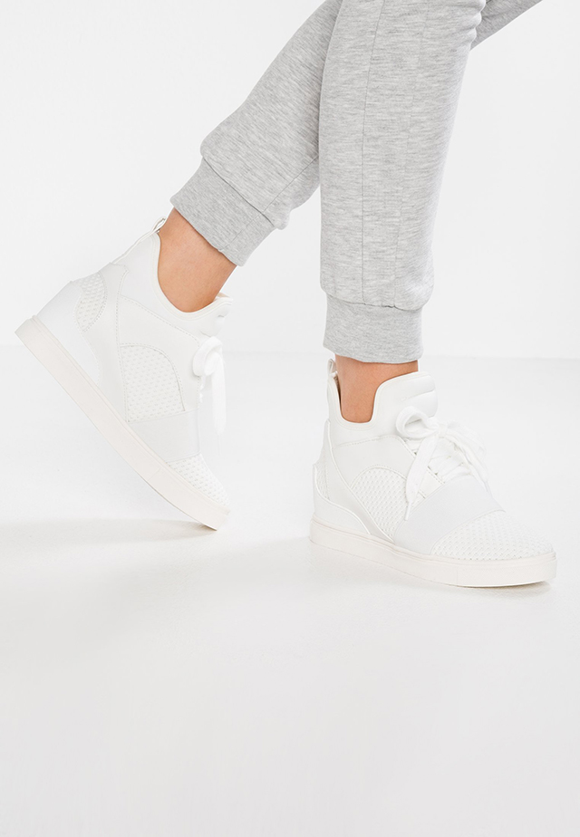 Sneakers con la suola alta