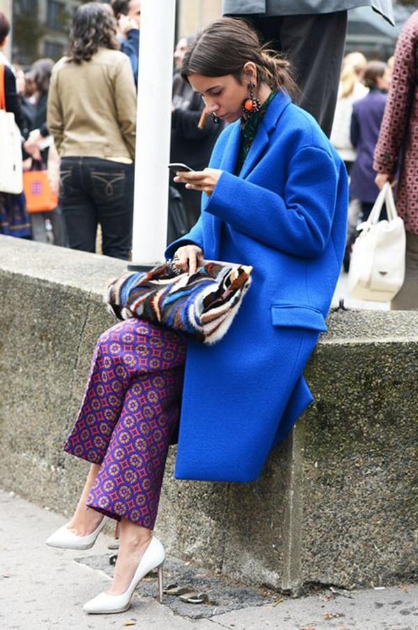 Cappotto blu e pantaloni stampati