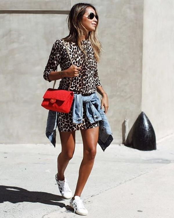 Vestito leopardato e sneakers