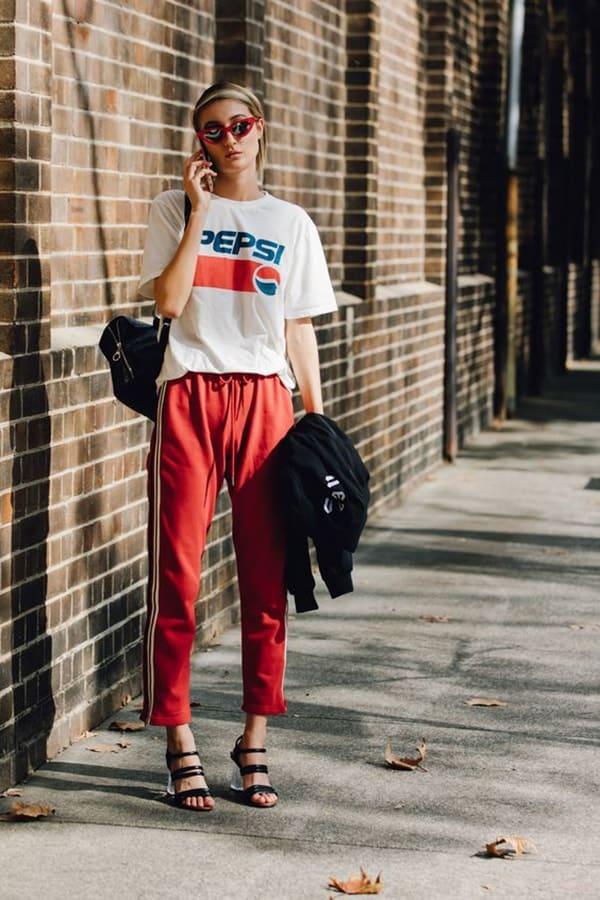 T-shirt con logo e pantaloni rossi