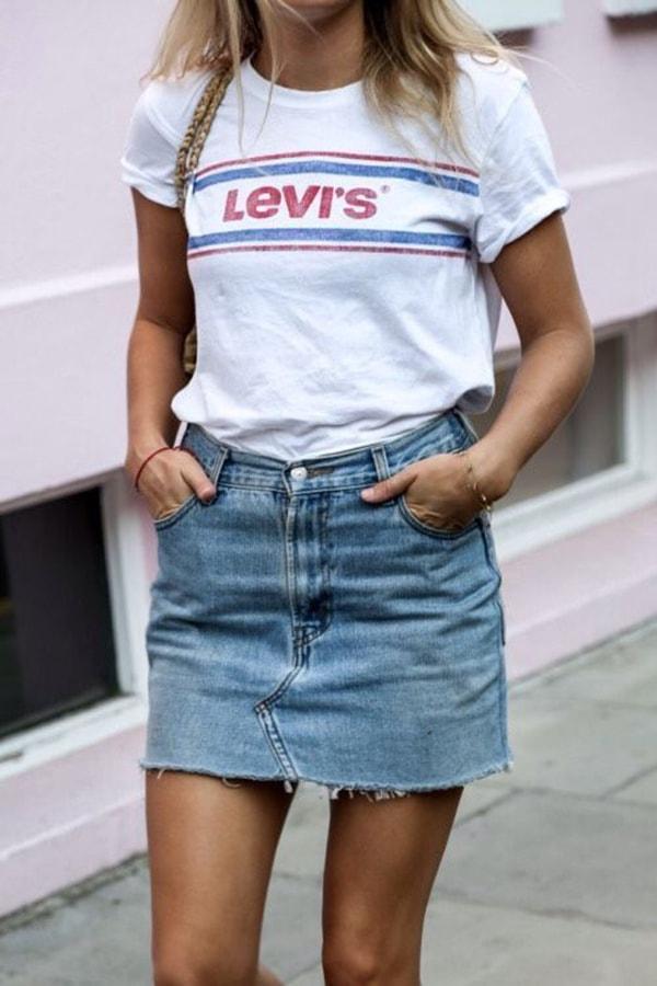 Minigonna di jeans e t-shirt