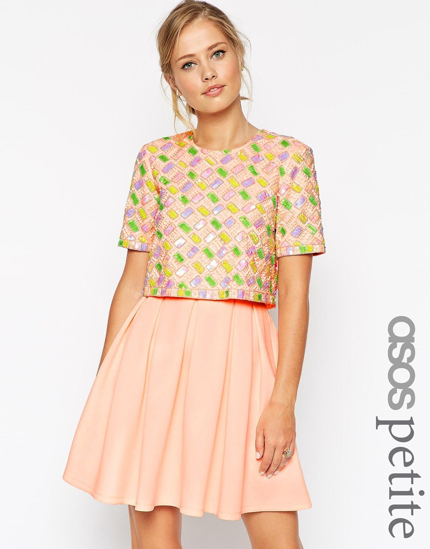 3_ Abito Asos Petite in tessuto scuba, con top corto sovrapposto e gonna morbida. Decorazioni in paillettes (115,99 € su Asos)