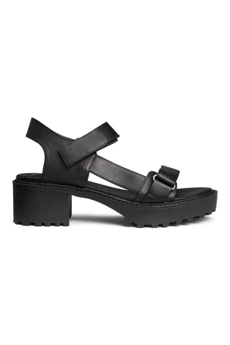 Sandali con tacco, stile platform. Prezzo 24,99 €