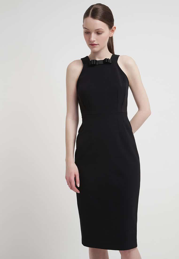Tubino nero con scollatura a cuore: una scelta femminile e sempre elegante