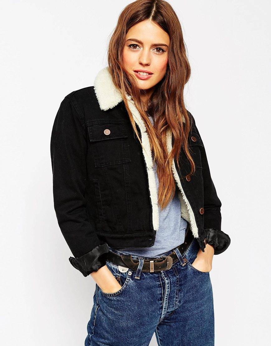 13_Giacca di jeans corta Asos, color nero con fodera e colletto in sherpa (66,99 € su Asos)
