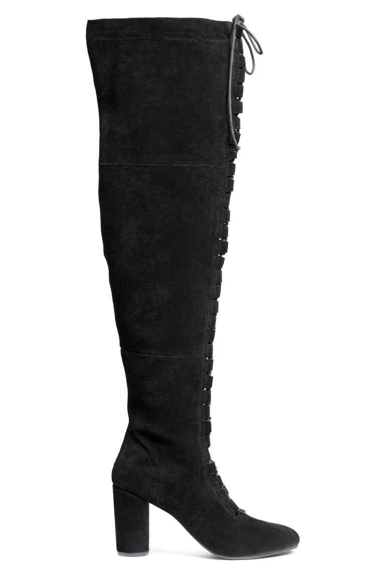 20_Stivali H&M scamosciati alti alla coscia. Allacciatura aperta davanti e cerniera sul lato (149,99 € sullo store online)