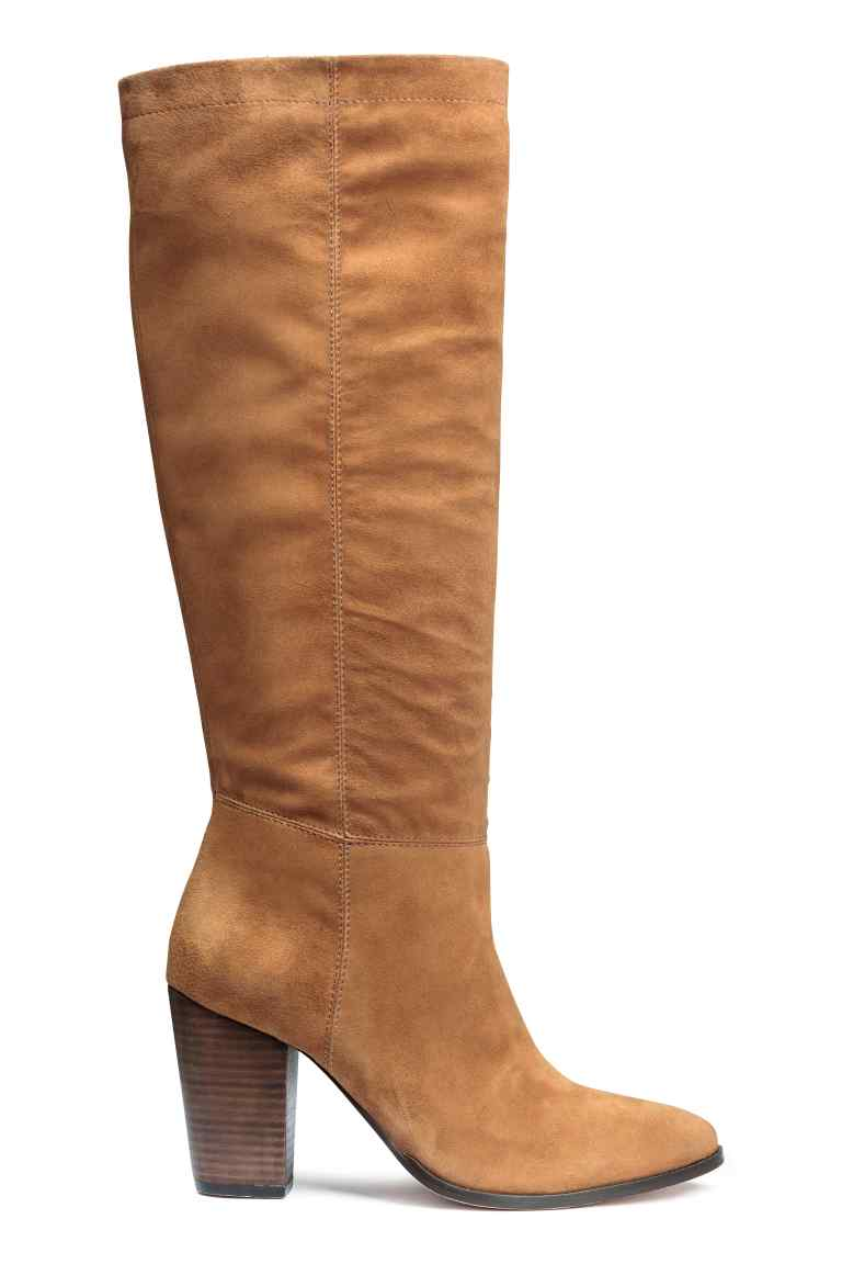 21_Stivali alti al ginocchio H&M,  pelle scamosciata con sottile elastico nascosto in alto (99,99 € sullo store online)