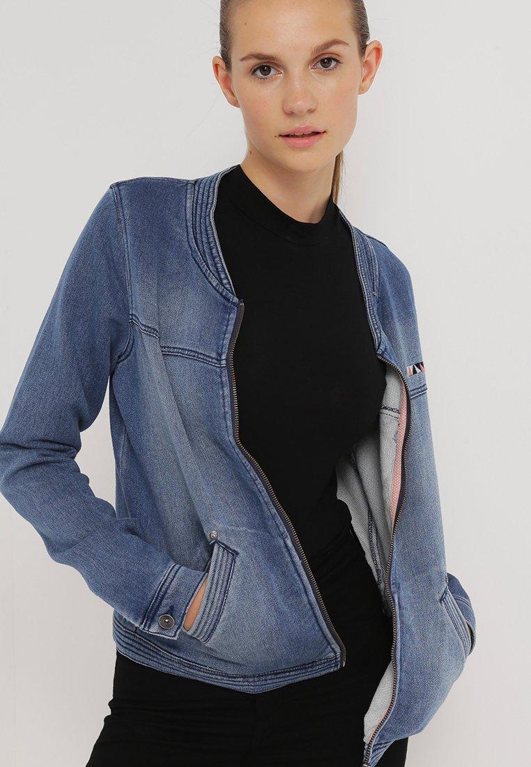 3_Giacca di jeans Roxy, con colletto alla coreana e chiusura a cerniera (80 € su Zalando)