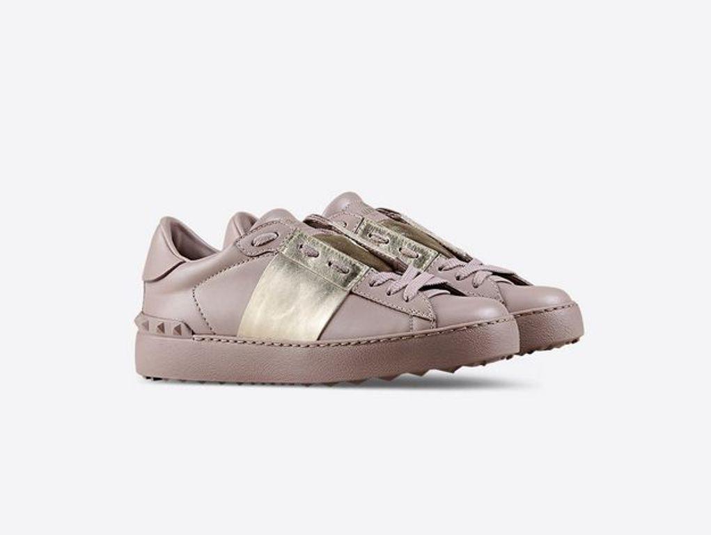 Sneaker in vitello poudre con banda laminata a contrasto (450 €)