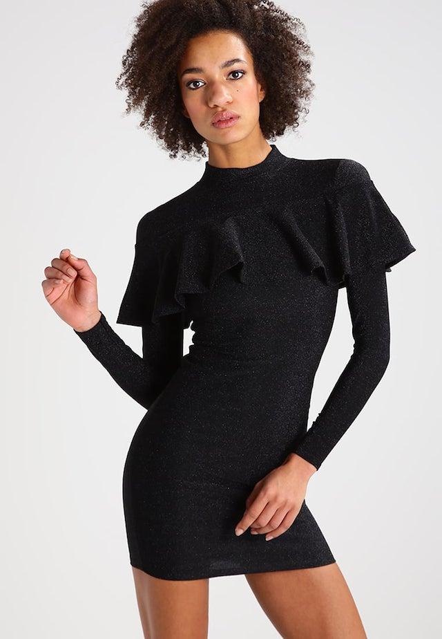 vestito nero aderente stile anni novanta