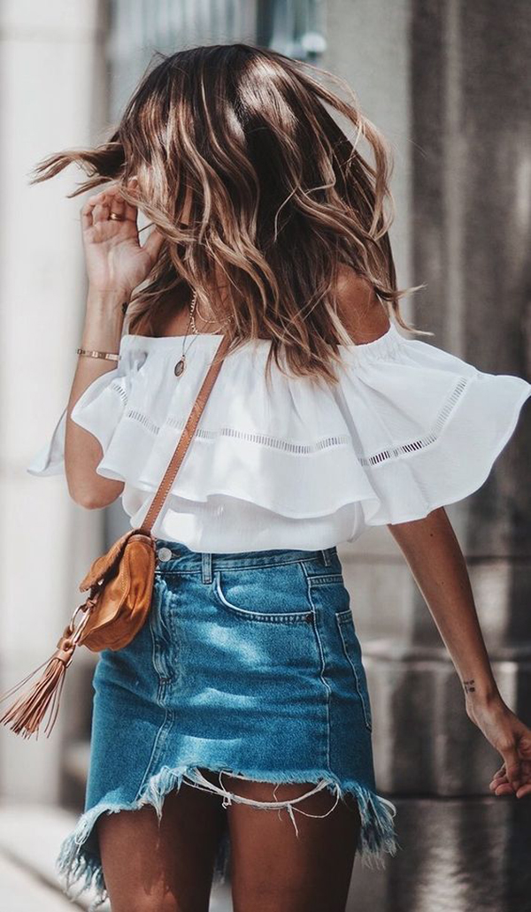 Top con le spalle scoperte e gonna di jeans