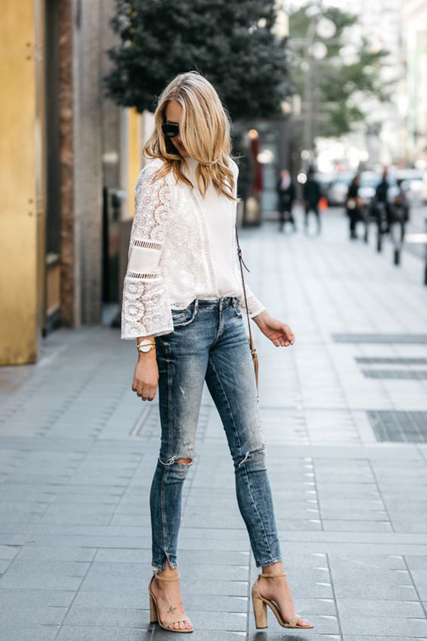 Jeans strappati e sandali con il tacco