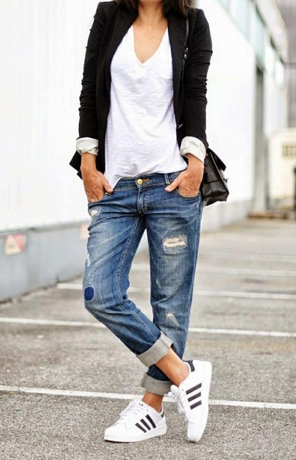 Jeans strappati e sneakers