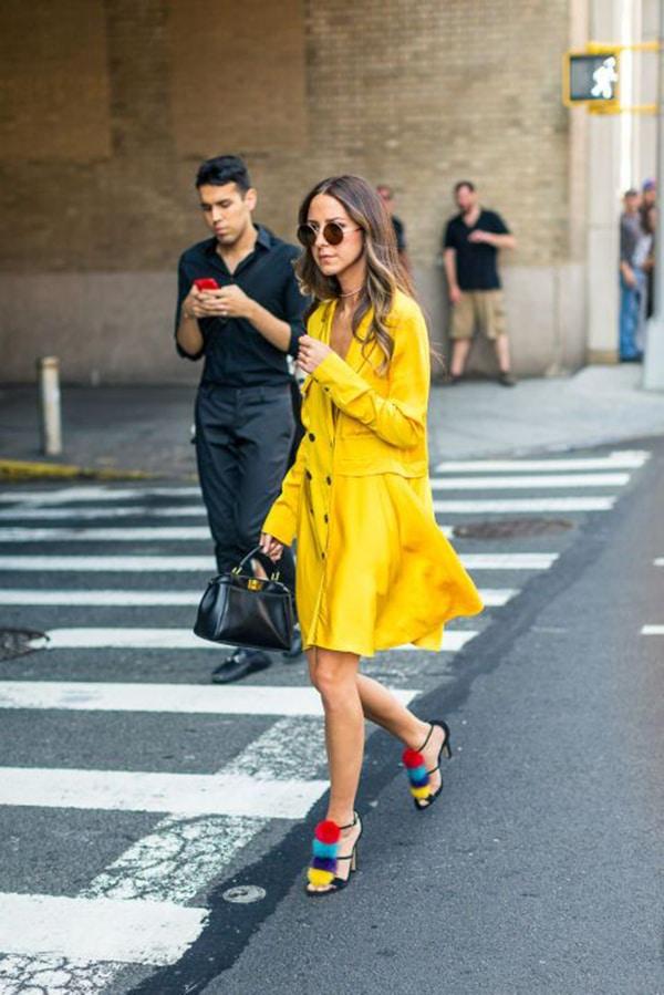 Sandali con i pon pon e abito giallo