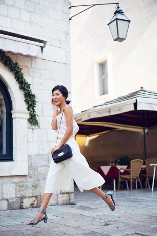 Pantaloni palazzo corti e sandali bassi