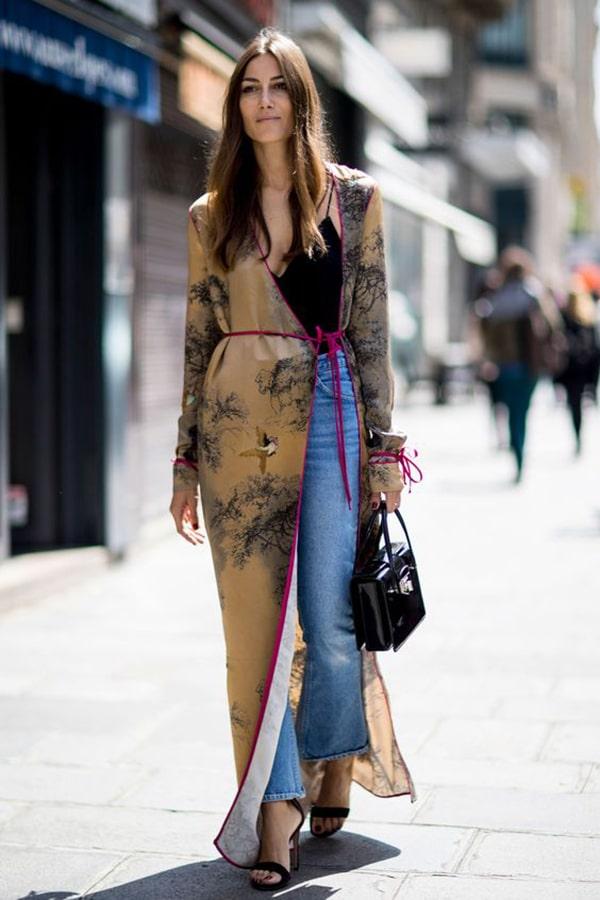 Fortunatamente non mancano neanche opzioni per la sera. Potete abbinare il vostro  kimono a jeans e sandali con il tacco 4907884d3a7