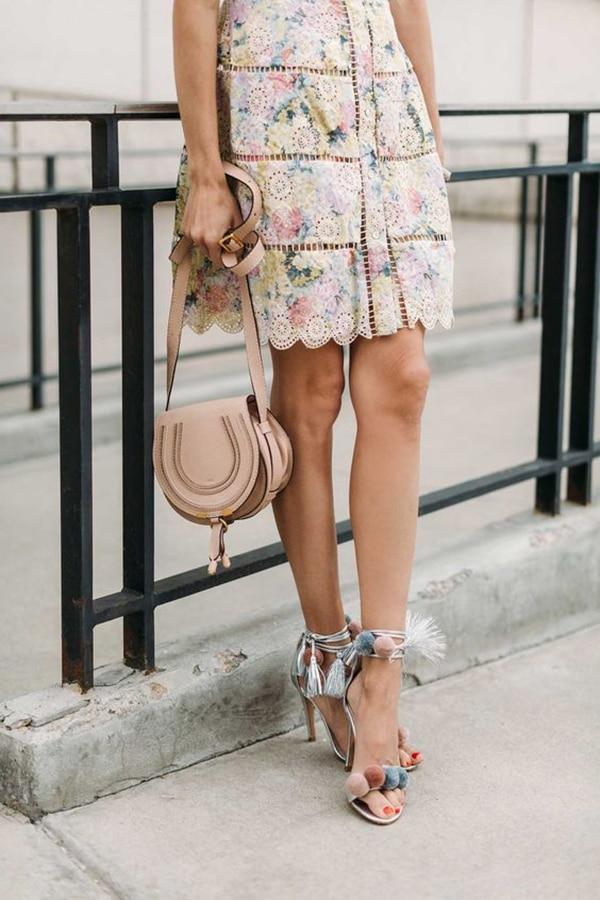 Sandali con i pon pon e abito floreale