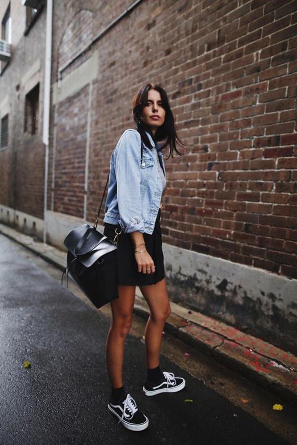 Vestito nero e sneakers