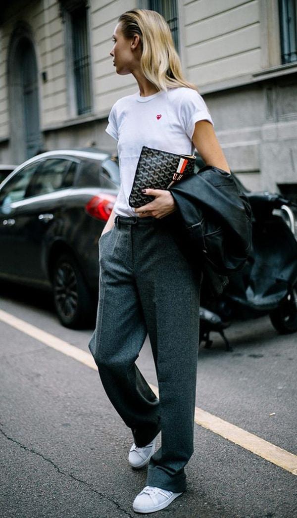 Pantaloni grigi e sneakers
