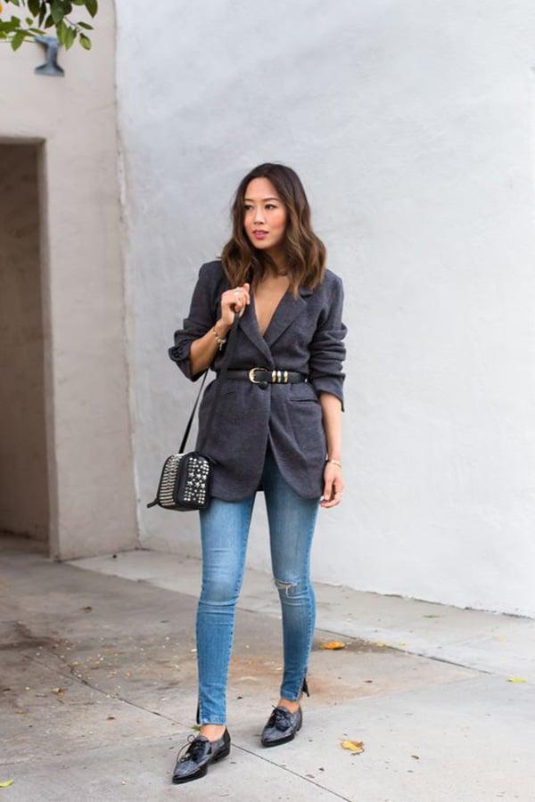 Blazer con cintura in vita e jeans