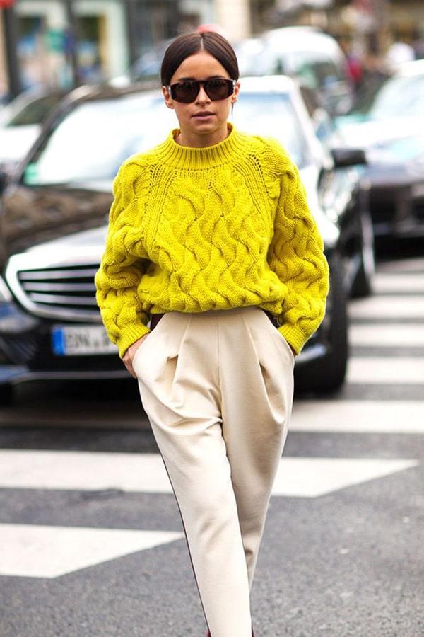 Pantaloni a vita alta e pullover colorato
