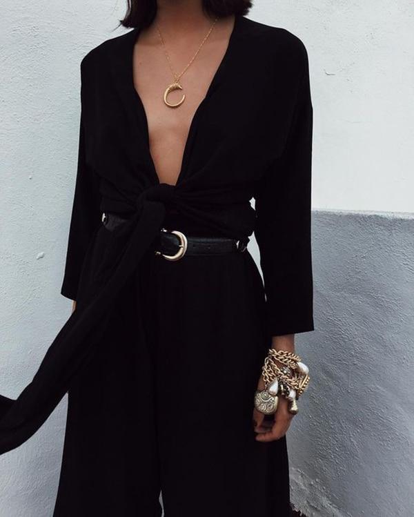 È un po' un'inversione di marcia, un ritorno alla semplicità e al minimalismo, a quei bijoux discreti e raffinati che si comprano una volta e si indossano per sempre. Le collane con pendenti rientrano infatti in quella categoria di gioielli che si possono indossare ogni giorno: stanno bene con tutto e sono il dettaglio giusto su cui puntare per arricchire in modo semplice sia i look più casual sia le mise più eleganti.