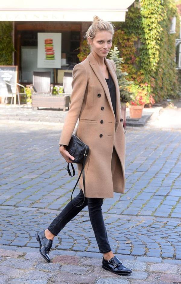 Jeans neri e cappotto color cammello