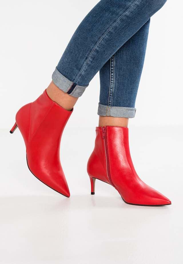 comprare on line 7d01e a39ca Stivali e stivaletti rossi, le scarpe che hanno invaso i ...