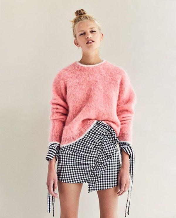 Minigonna a quadretti e pullover