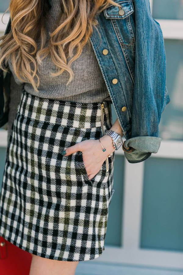 Minigonna a quadretti e giacca di jeans