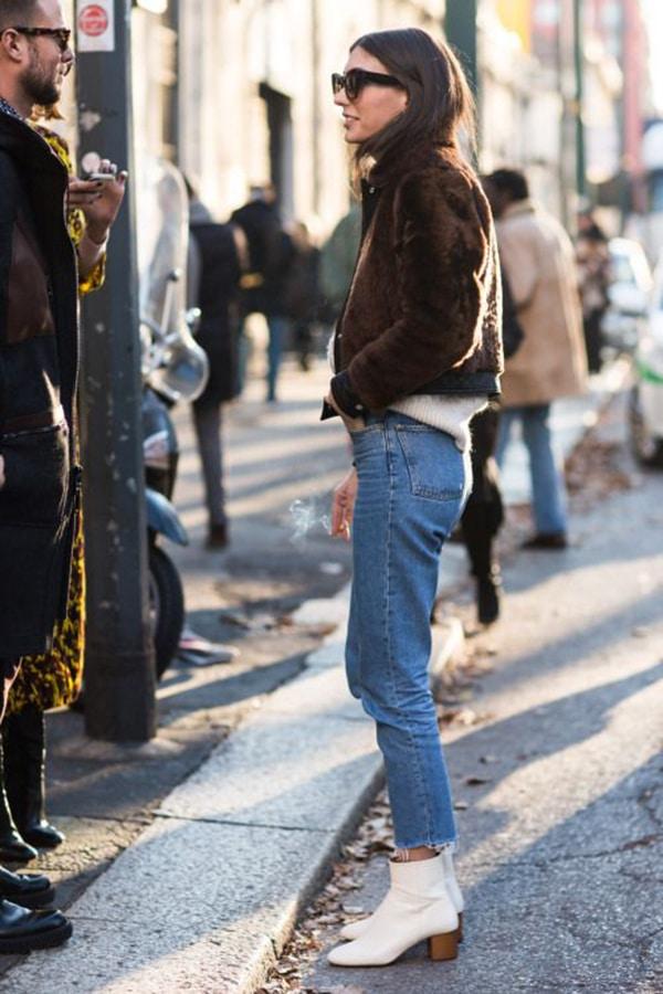 Jeans e stivaletti bianchi