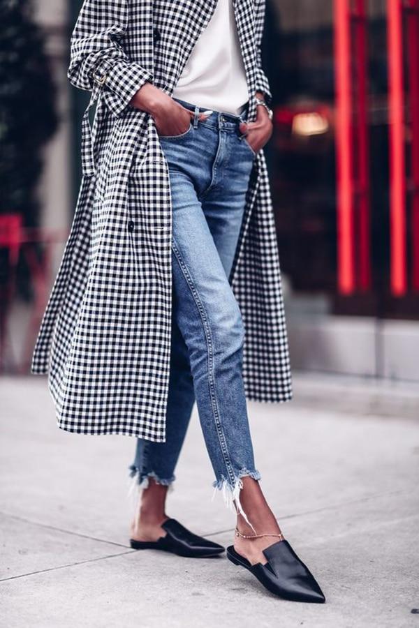 Jeans con l'orlo sfrangiato e scarpe flat