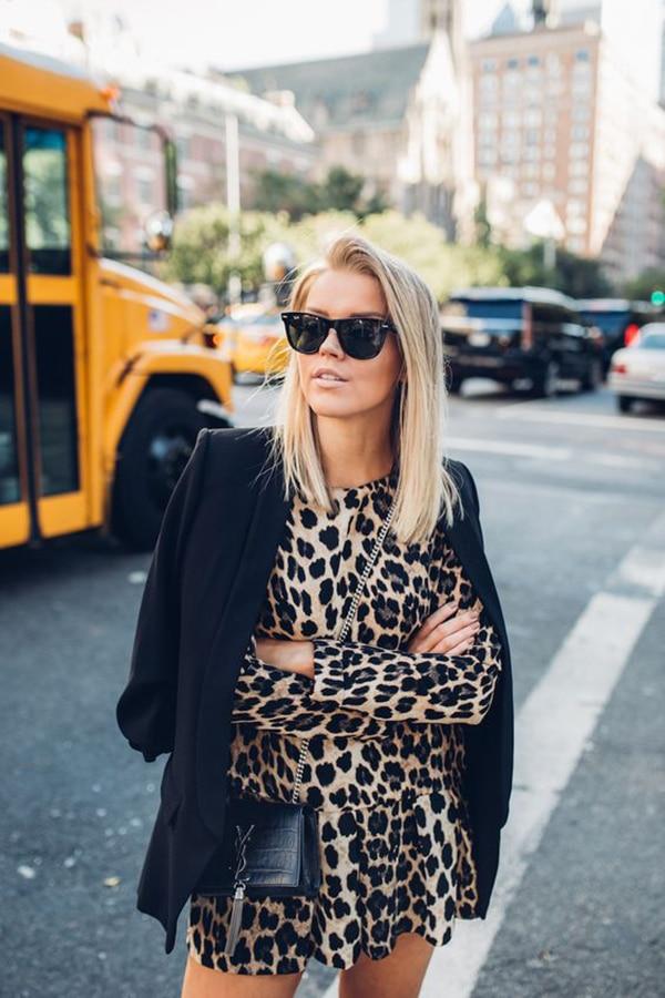 Vestito leopardato e blazer nero