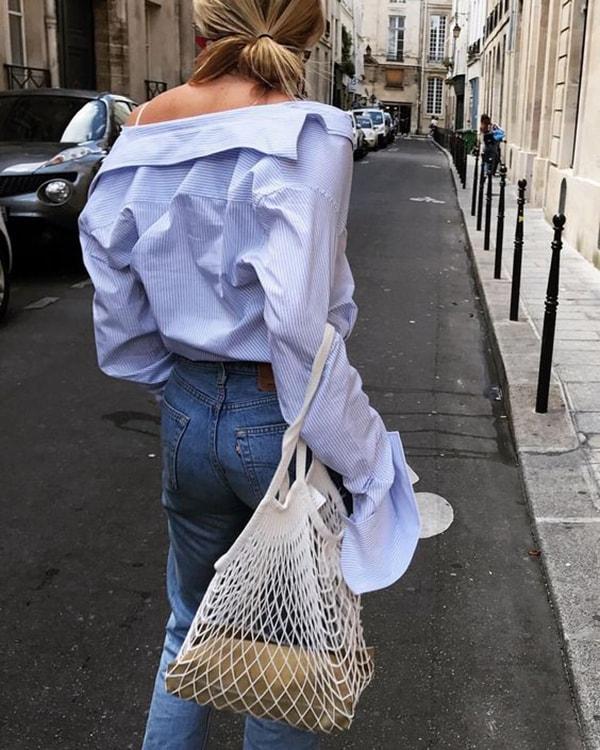 Camicia azzurra e borsa a rete