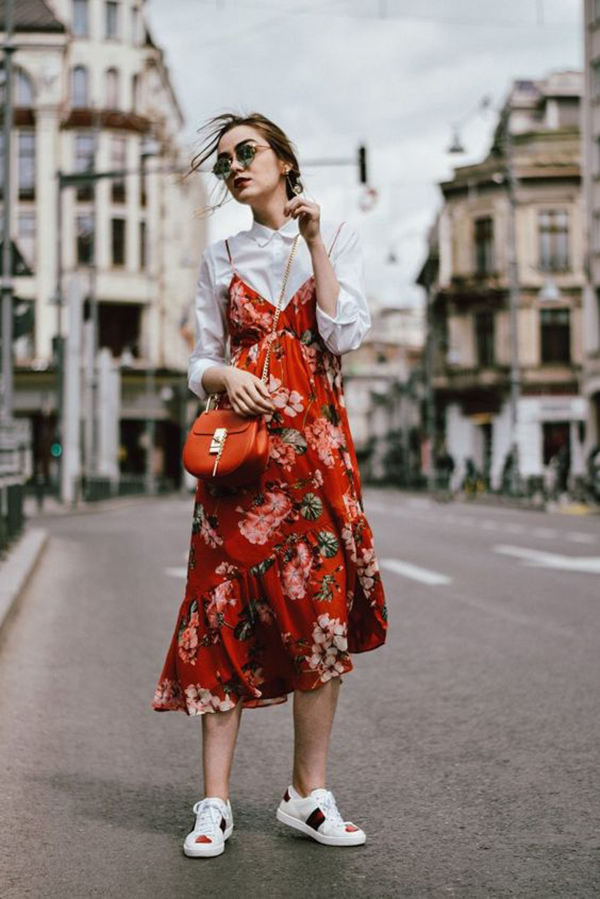 Slip dress a fiori e sneakers