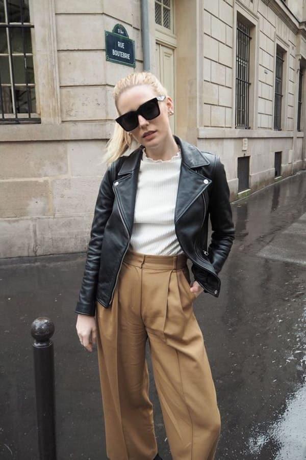 giacca in pelle e pantaloni a vita alta