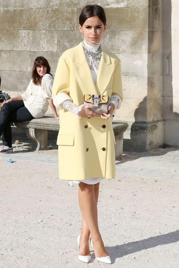 Cappotto giallo e pumps bianche