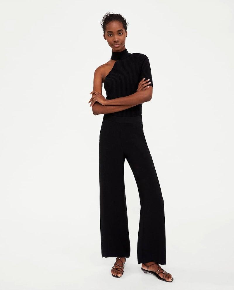 """3866609aeeb8 ... il nero, colore """"copertina di Linus"""" per molte di noi), ma indossare pantaloni  palazzo con una camicia o maglia dello stesso colore, aiuta ad allungare ..."""