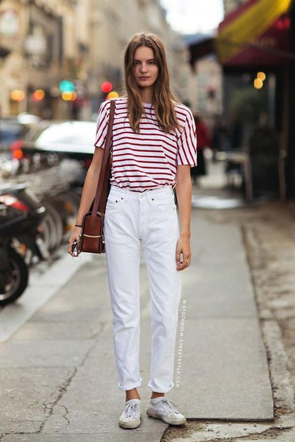 Jeans bianchi e t-shirt a righe